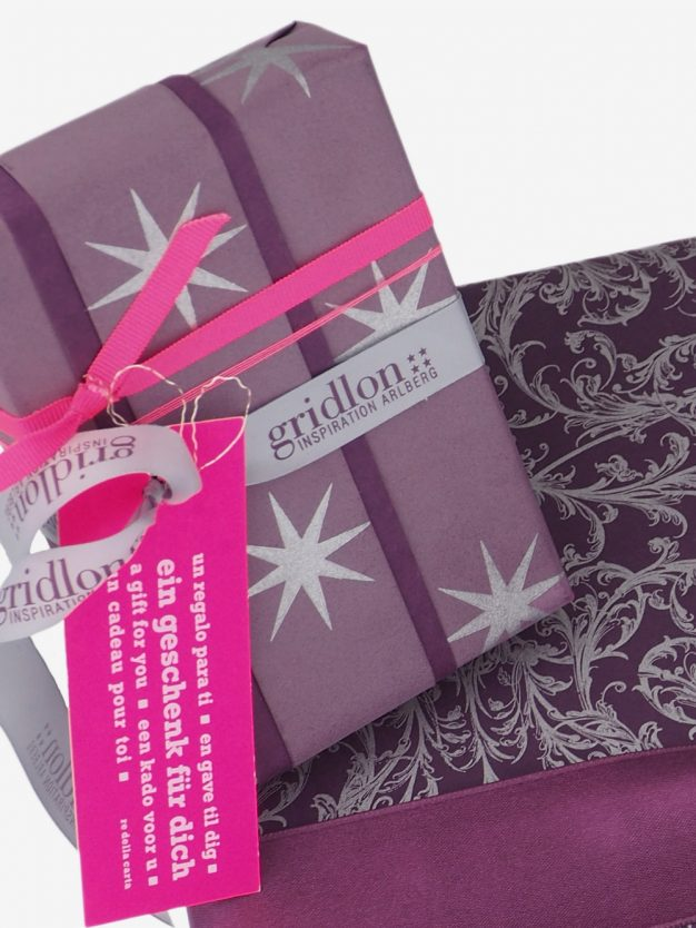 geschenkpapierverpackung-mauve-mit-sternen-silber